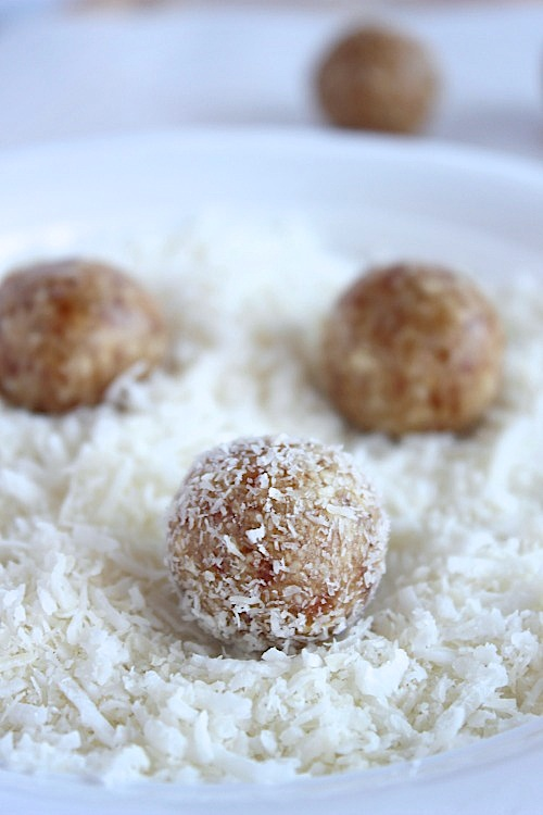 Lemon and Coconut Bliss Bites {Vegan, Gluten Free & Paleo Friendly} - www.betterwithcake.com